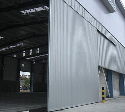 Puertas Industriales Corredera Suspendida en Chapa Plegada Silver Metalic